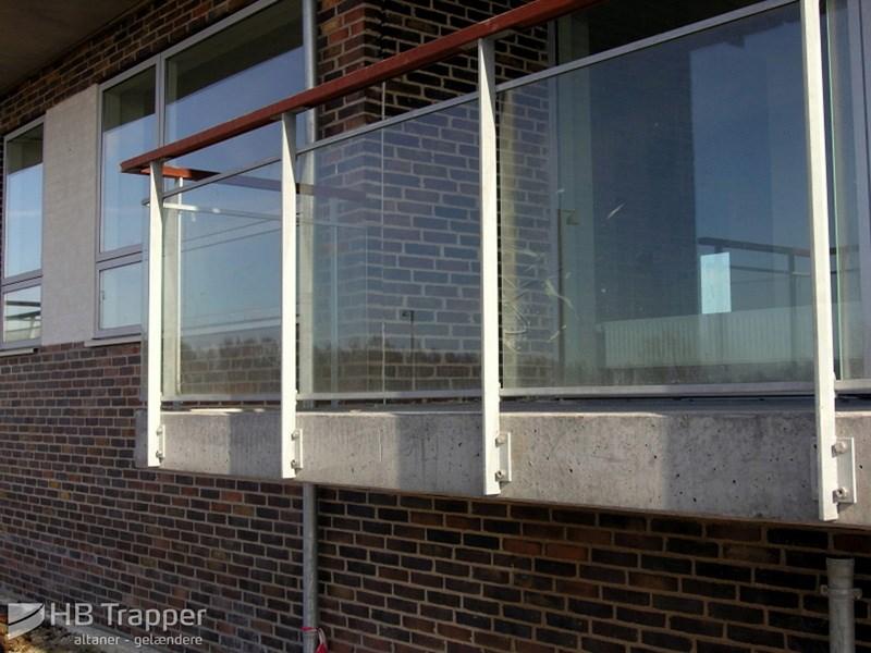 Altaner med glas   få tilbud på altaner med glas   hb trapper